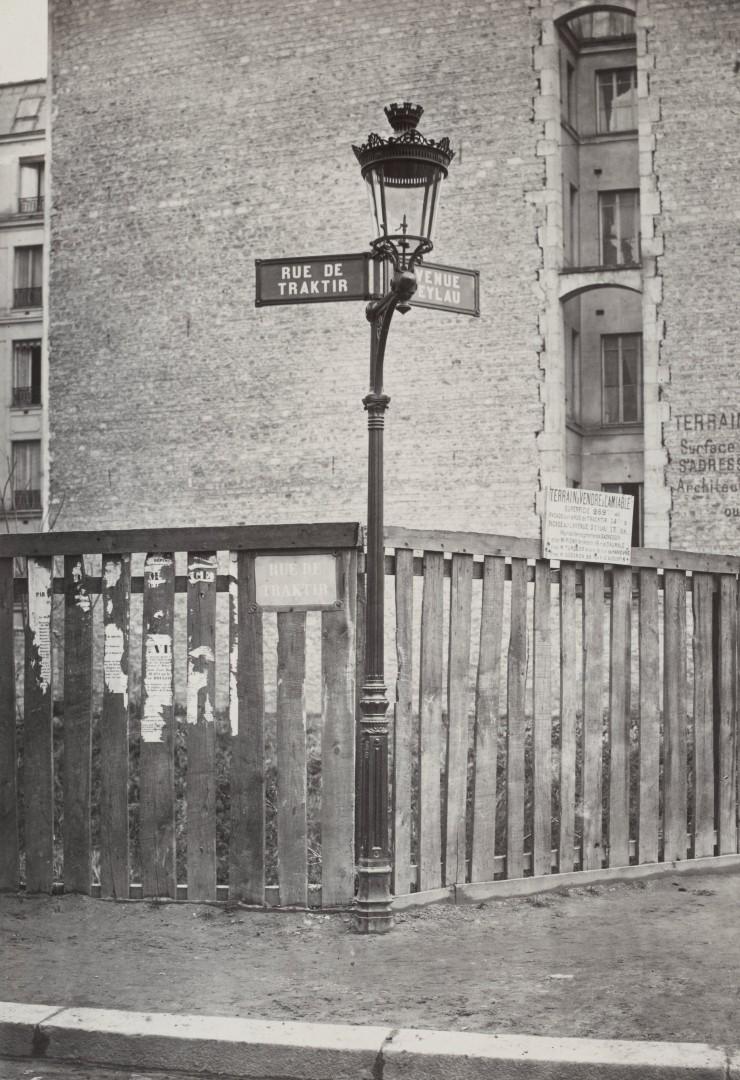 Lampadaire_Paris_Charles_Marville_Candelabre_console_avec_inscription_des_noms_des_rues_1878