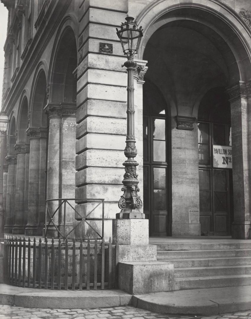 Lampadaire_Paris_Charles_Marville_Chemin_de_fer_de_Est_sur_la_facade_1878