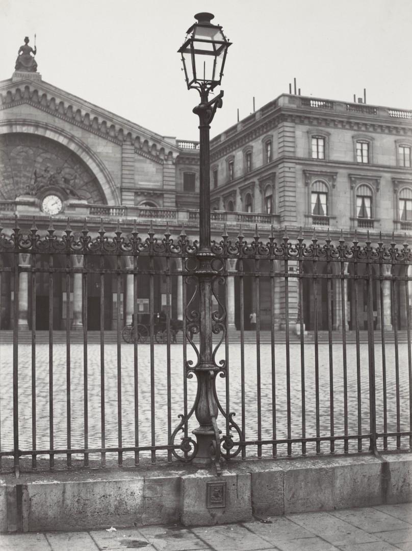 Lampadaire_Paris_Charles_Marville_Chemin_de_fer_de_Est_sur_la_grille_1878