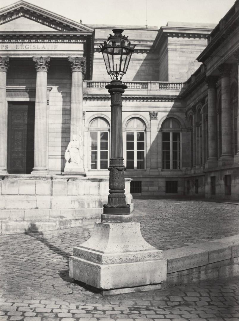 Lampadaire_Paris_Charles_Marville_Corps_Legislatif_Interieur_de_la_cour_1878