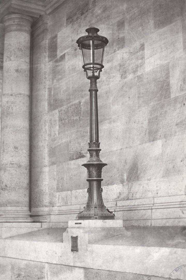 Lampadaire_Paris_Charles_Marville_Louvre_Guichet_du_Carrousel_1878