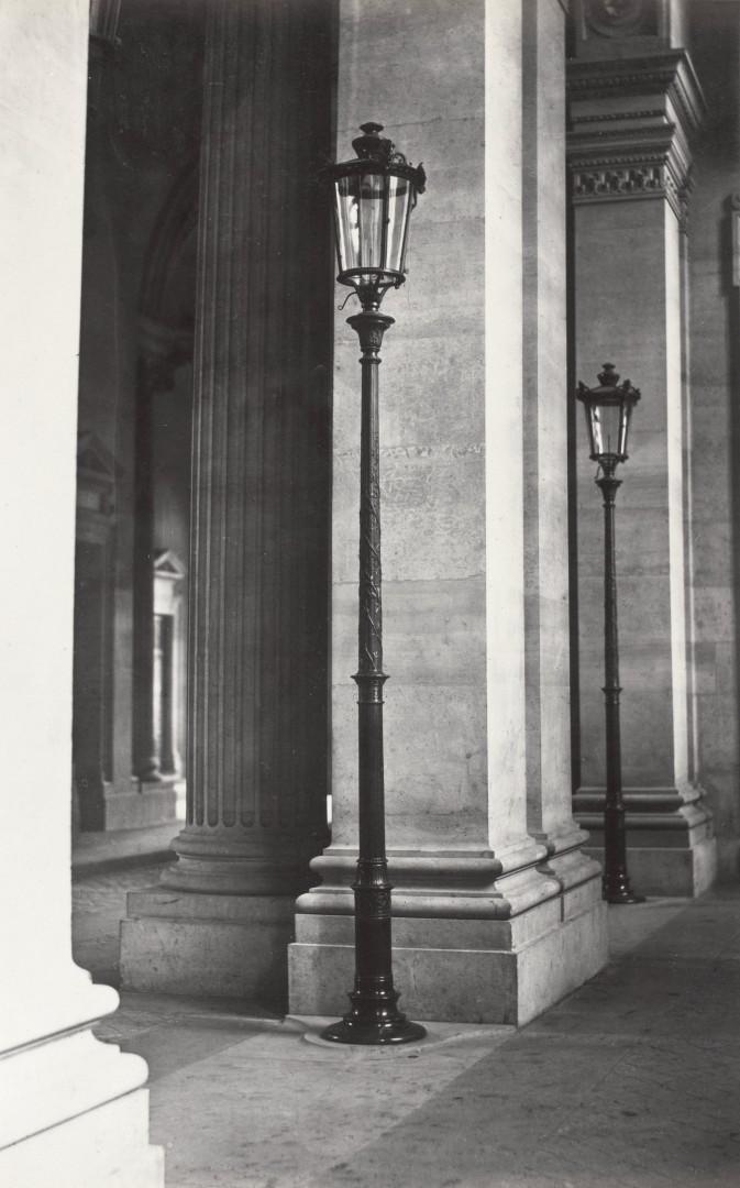 Lampadaire_Paris_Charles_Marville_Louvre_Passage_de_la_Bibliothèque_1_1878