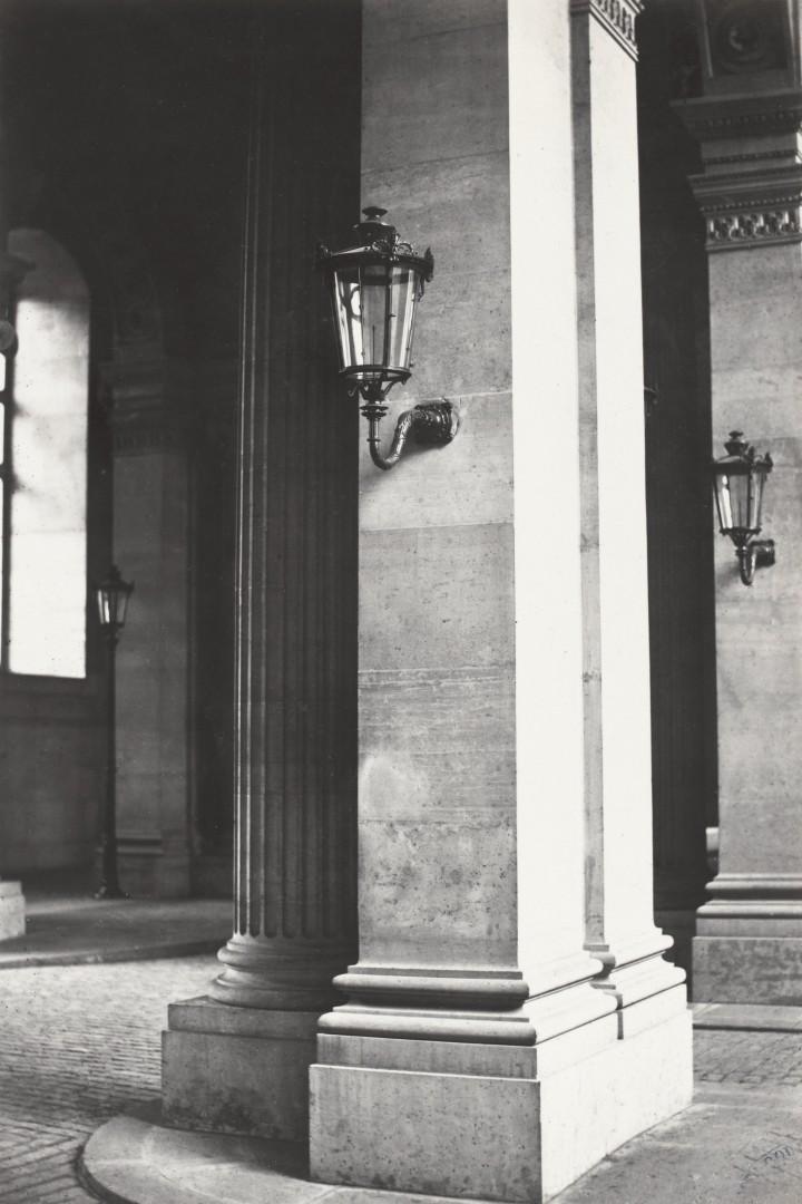Lampadaire_Paris_Charles_Marville_Louvre_Passage_de_la_Bibliothèque_2_1878