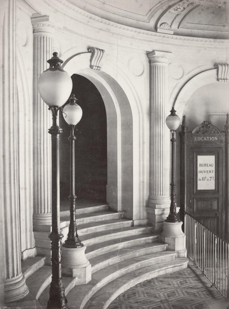 Lampadaire_Paris_Charles_Marville_Theâtre_du_Vaudeville_-_entrance_ca_1853–70