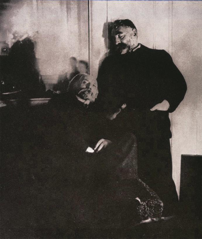 Renoir ( assis ), Mallarmé ( debout ) et Degas ( dans le miroir )