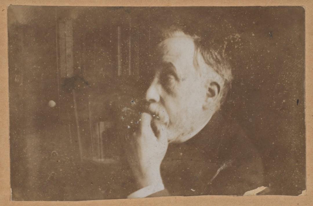 Autoportrait dans la bibliothèque