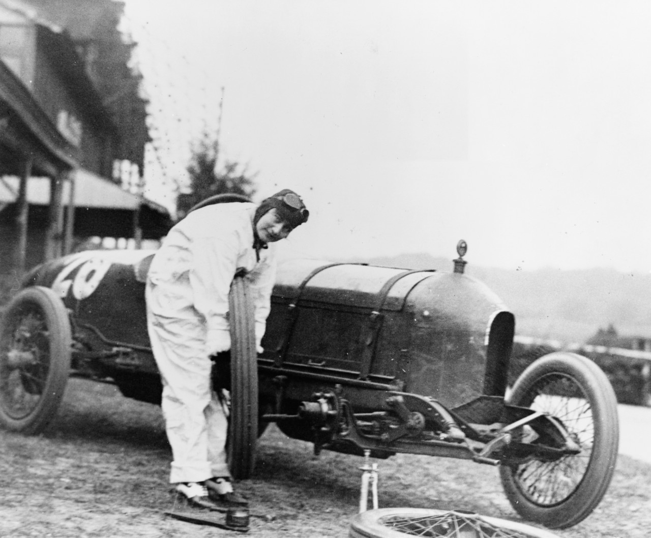 femme-mecanicien-voiture-course-stutz-weigman-change-roue01