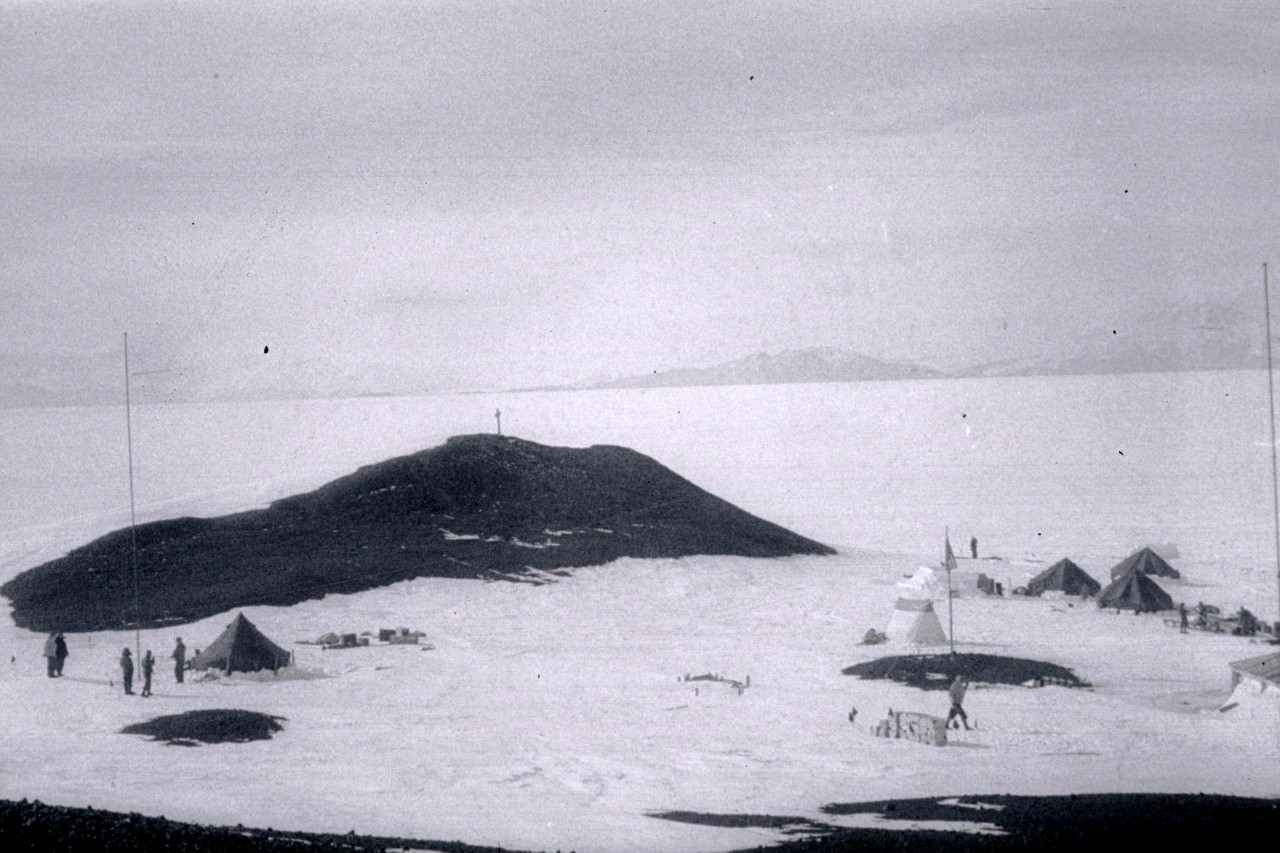 La base de Mc Murdo au début de sa construction en 1955