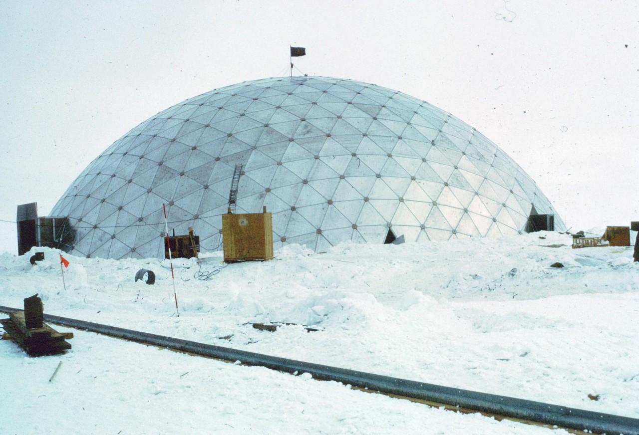 En 1975 un dome géodésique en aluminium de 50m de diamètre a été construit sur la base d'Amundsen-Scott