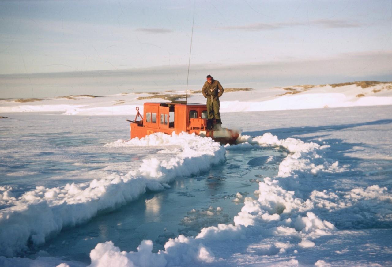Un petit bateau de l'US Navy dans la glace, 1957