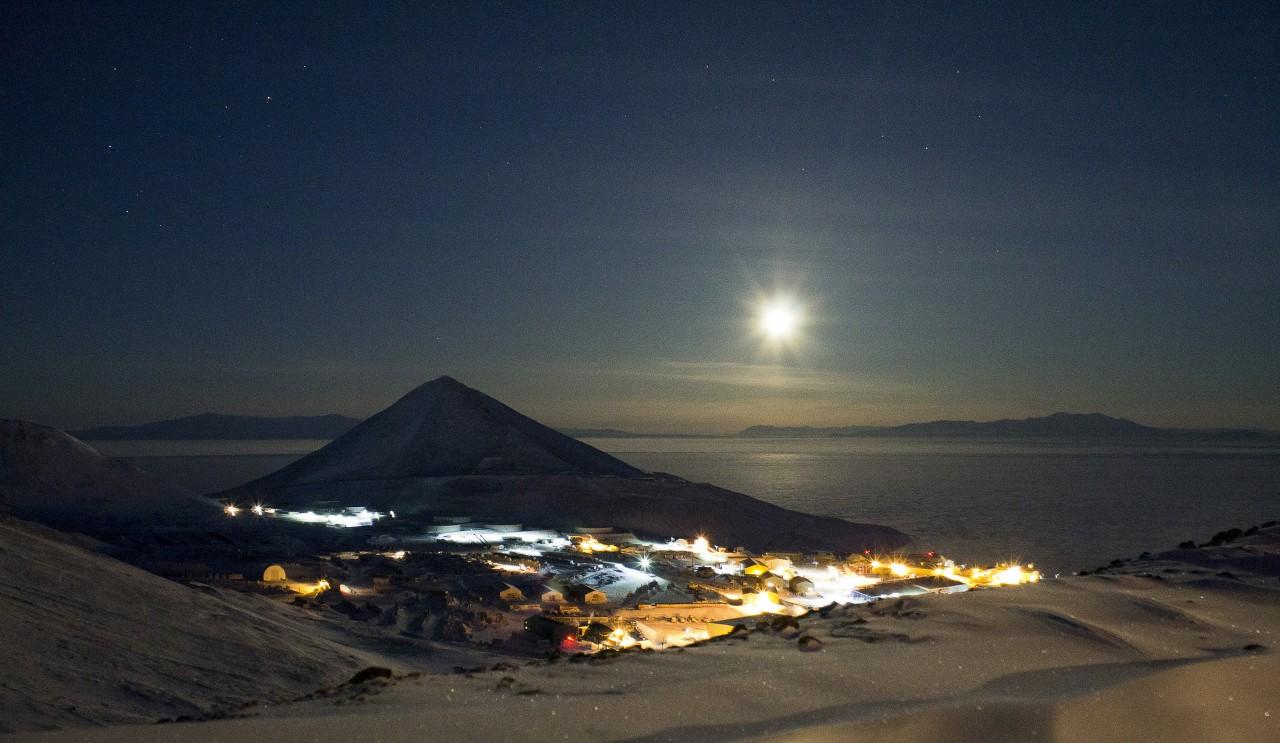 La base de Mc Murdo en 2014 sous la pleine lune - Andrew Smith