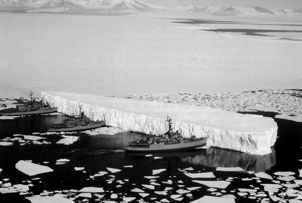 L'USS Burton, l'USS Atka et l'USS Glacier poussent un iceberg qui menaçait la banquise de McMurdo, dans la mer de Ross en 1965