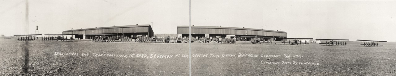 Des photos panoramiques anciennes de véhicules (Reportage photo) By Laboiteverte 04-Aeroplanes-and-transportation-1st-Aero-Squadron-Ft-Sam-Houston-Texas-Captain-B-D-Foulois-commanding-1280x248