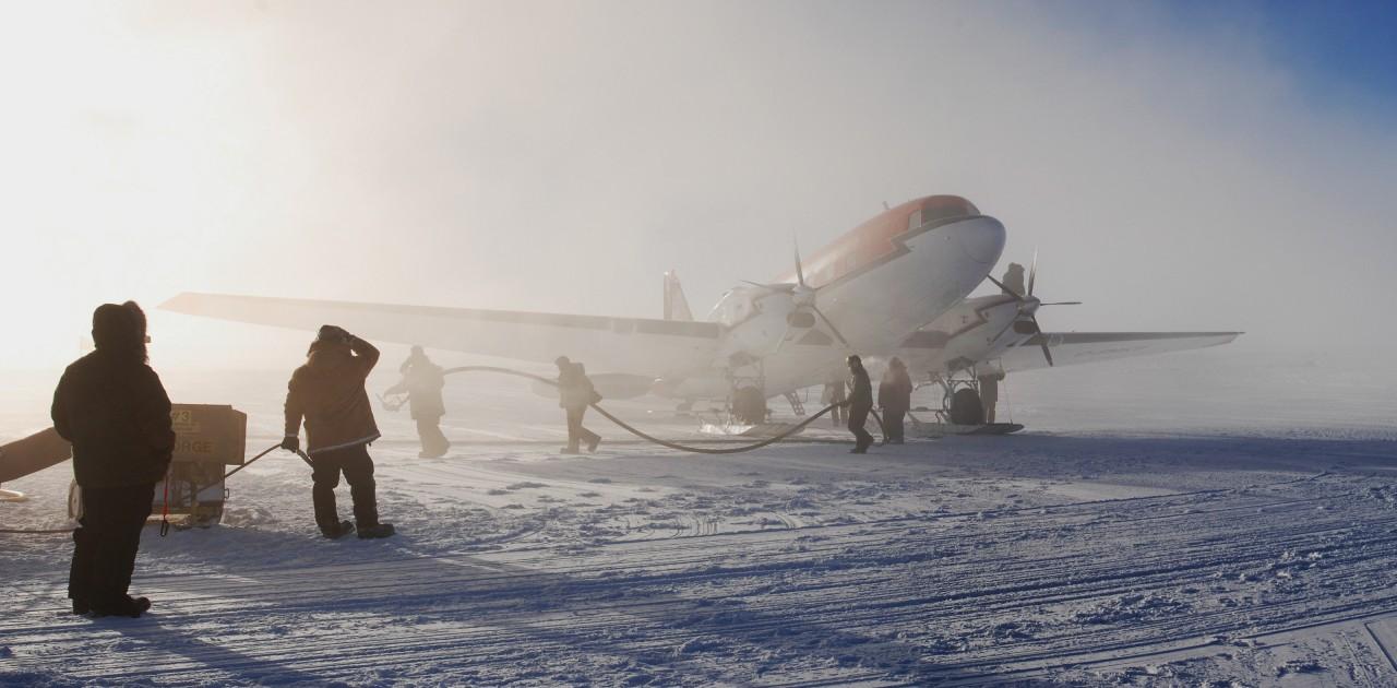 Un avion de la compagnie Kenn Borek Air, basée à Calgary au Canada. Depuis les années 80 la compagnie s'occupe du transport entre les différentes bases de l'antarctique. Les avions passent l'hiver au Canada et font le voyage à travers les Amériques deux fois par an. - Ella Derbyshire
