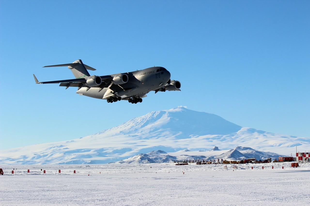 Un C-17 Globemaster III de l'US Air Force réalise une partie des besoins de transport vers l'Antarctique