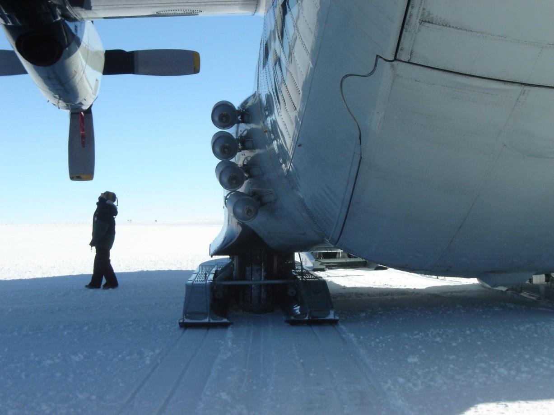 Il est équipé de petites fusées pour l'assister au décollage en cas de difficultés ( JATO )