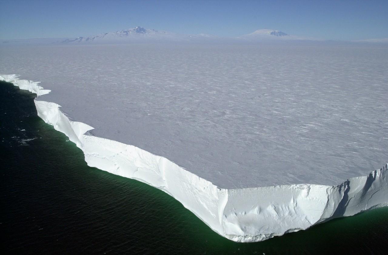 Une vue aérienne d'un iceberg géant qui s'est détaché de Ross Island en 2001 - Josh Landis