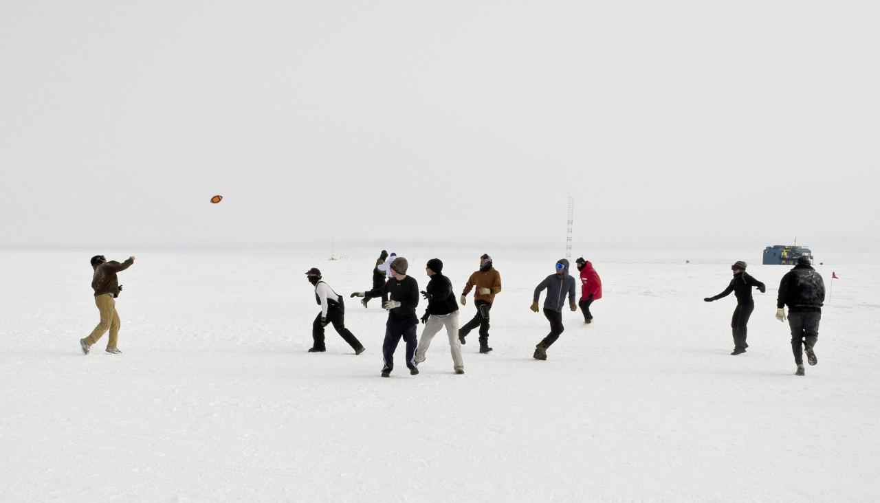 Des personnels de la Amundsen-Scott South Pole Station se détendent en jouant au football par -10°C - Peter Rejcek