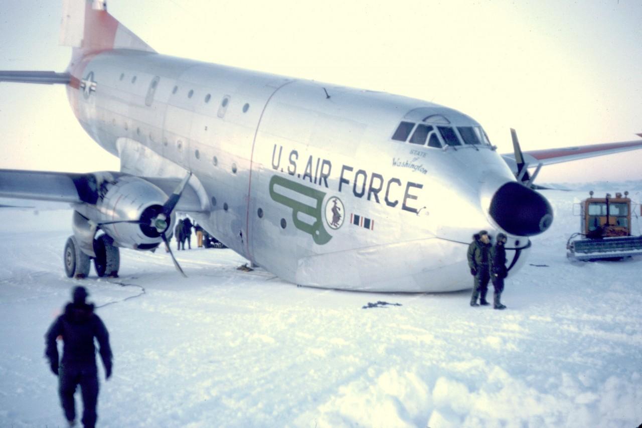 Un avion C124 de l'US Air Force après un problème avec son train d'atterrissage