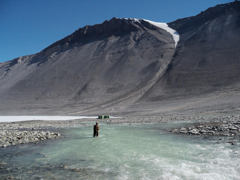 L'hydrologiste Steven Chrisp mesure le courant de la rivière Onyx - Chris Jaros