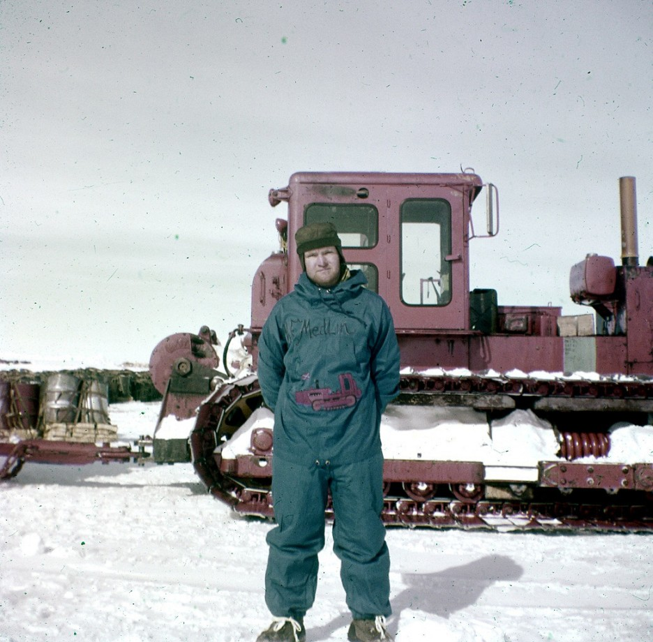 Marvin Medlin qui aime vraiment beaucoup son bulldozer en 1956