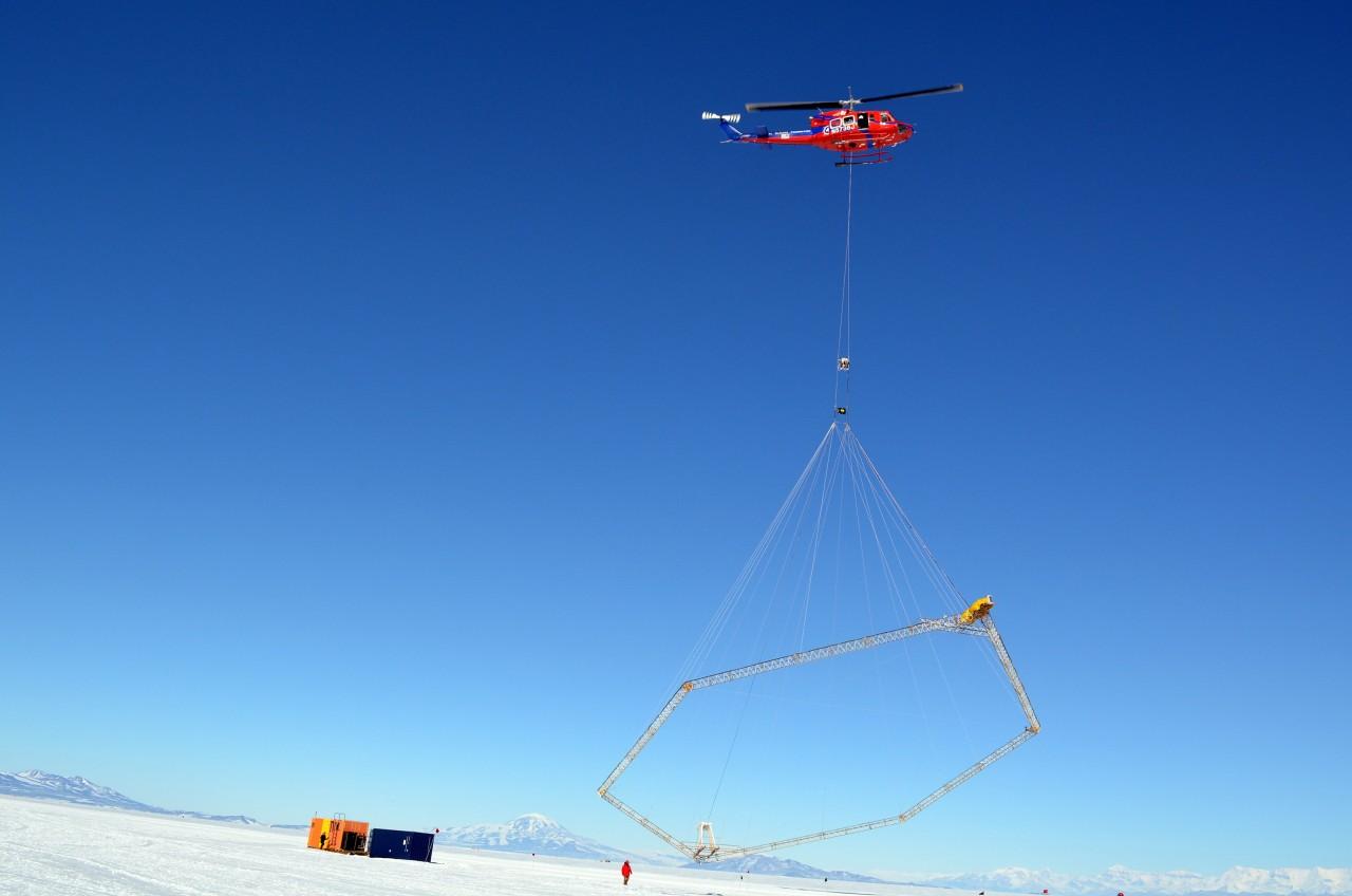 Un hélicoptère transporte un instument destiné à cartographier les champs magnétiques - Peter Rejcek