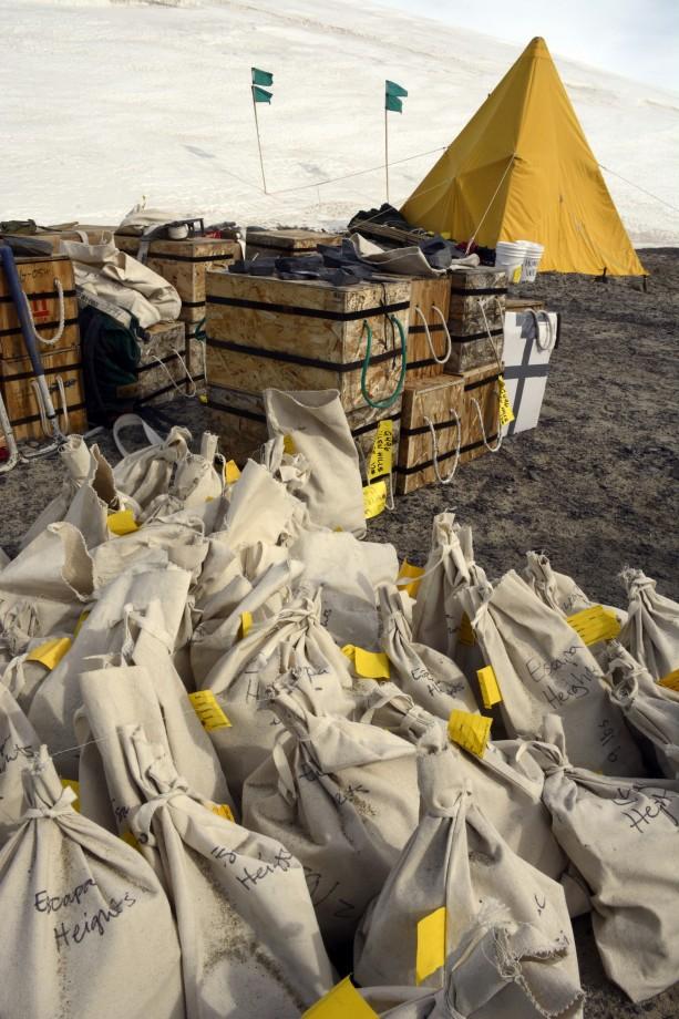 Des sacs et des boites remplis de fossiles de plantes sont prêts à être ramenés à Mc Murdo - Peter Rejcek
