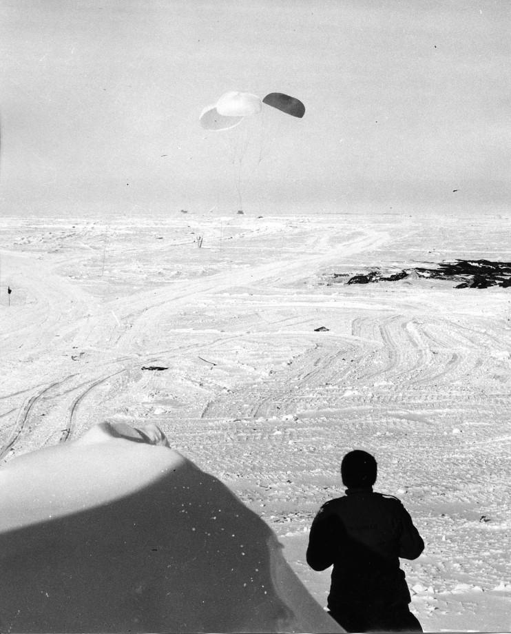 Parachutage d'une cargaison au pole sud en 1957
