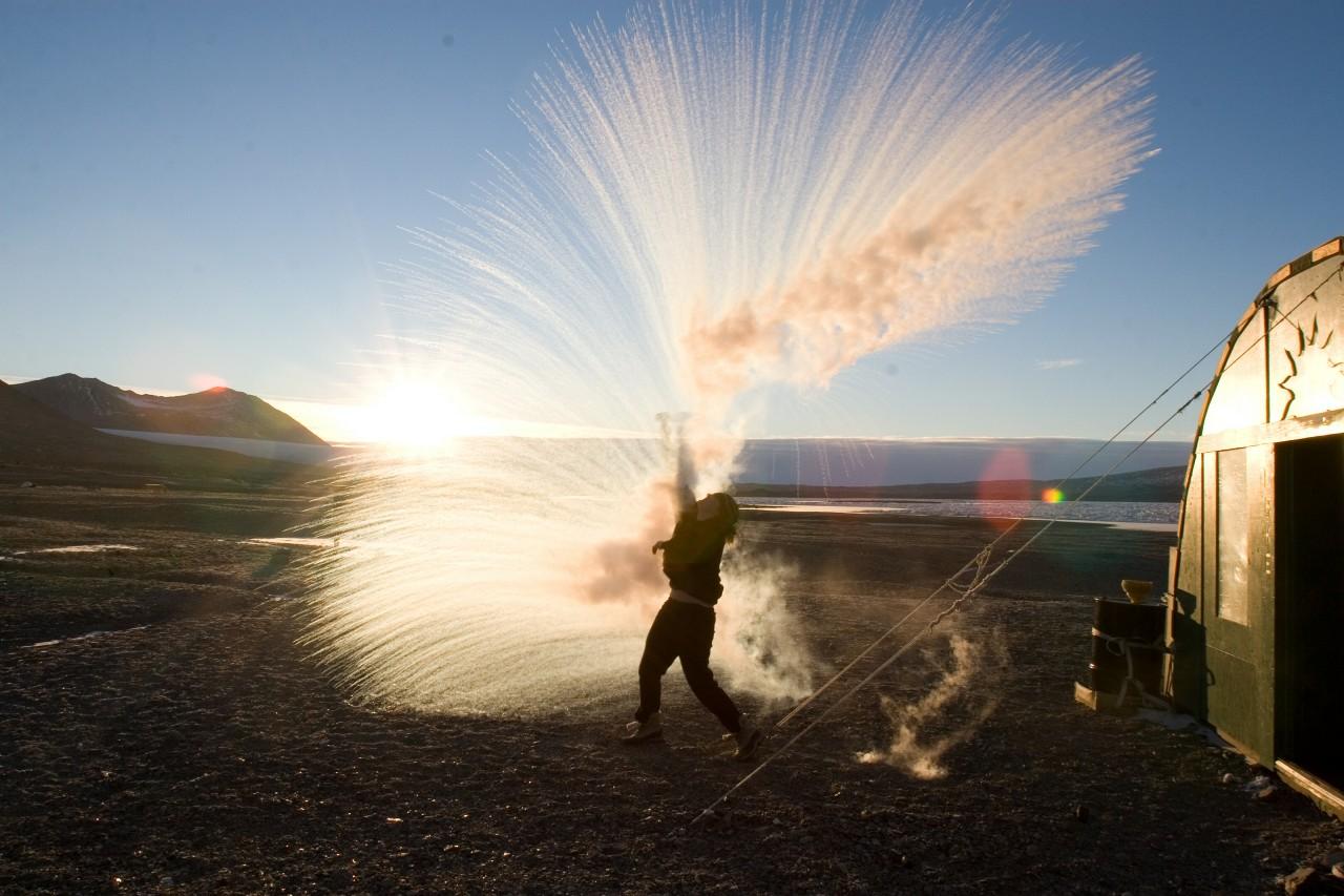 Anna Bramucci s'amuse à lancer de l'eau chaude en l'air par -32°C pour créer de la vapeur - Victoria Chris Kannen