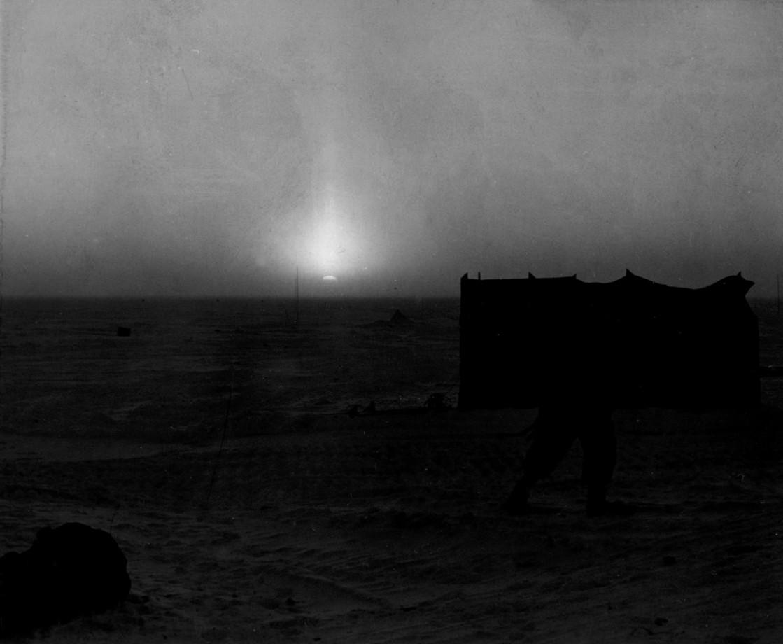 La première image connue d'un coucher de soleil au pôle sud en 1957 - Cliff Dickey