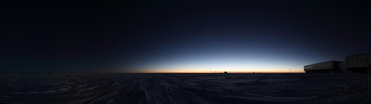 La base d'Amundsen-Scott après le coucher du soleil. Il passe sous l'horizon le 20 mars et ne réapparaît que le 22 septembre - Daniel Luong-Van