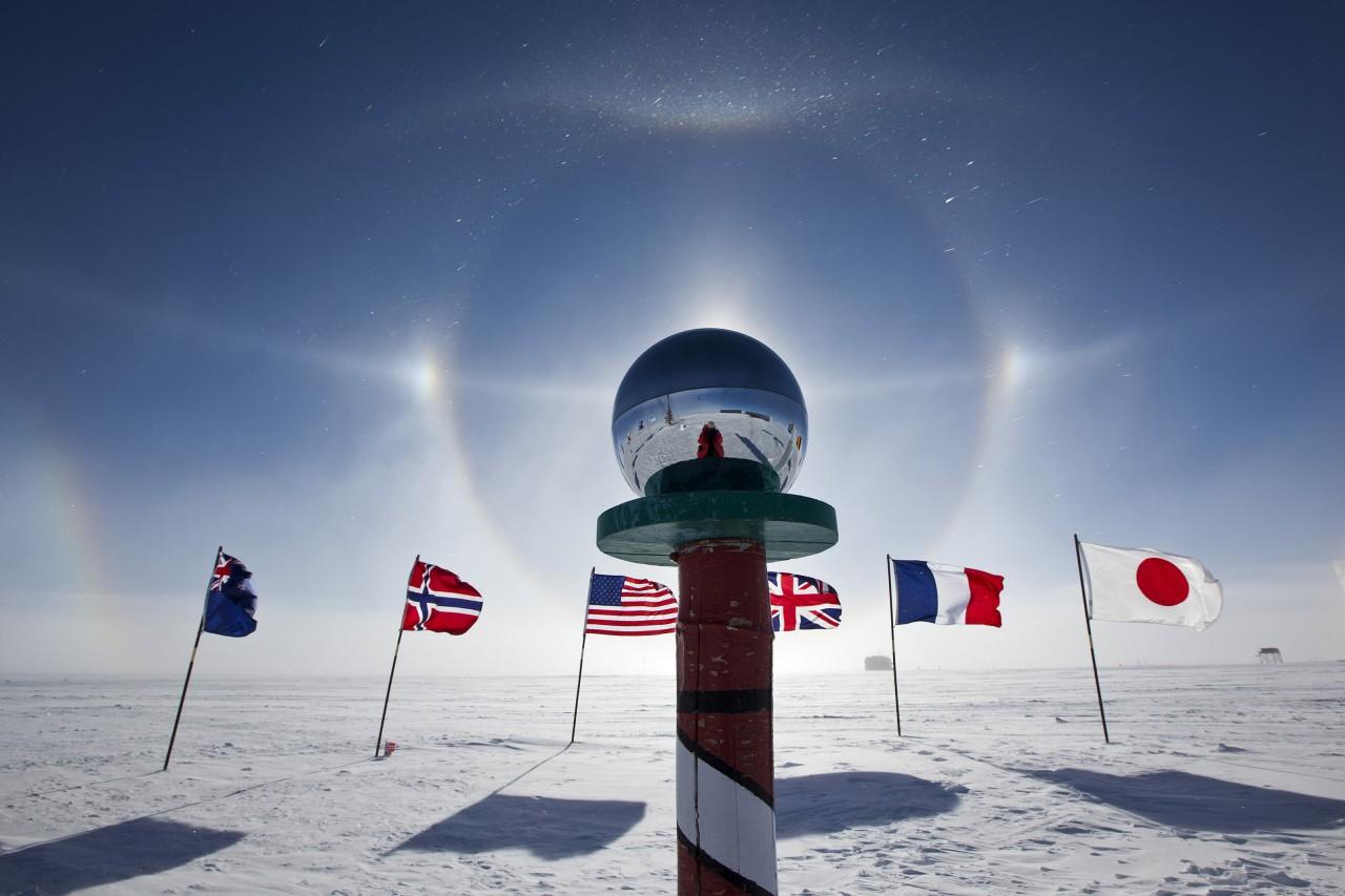 Le pole sud de cérémonie est un poteau surmonté d'une sphère polie, situé sur la base Amundsen-Scott, à 180m du pôle sud géographique - Deven Stross