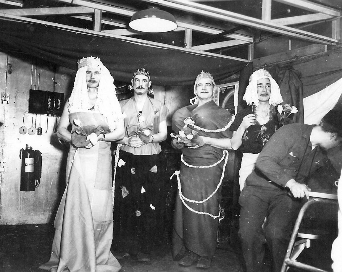 Pour se divertir durant l'hiver 1956 des officiers de l'US Navy rejouent le mariage de Grace Kelly et du Prince Rainier de Monaco
