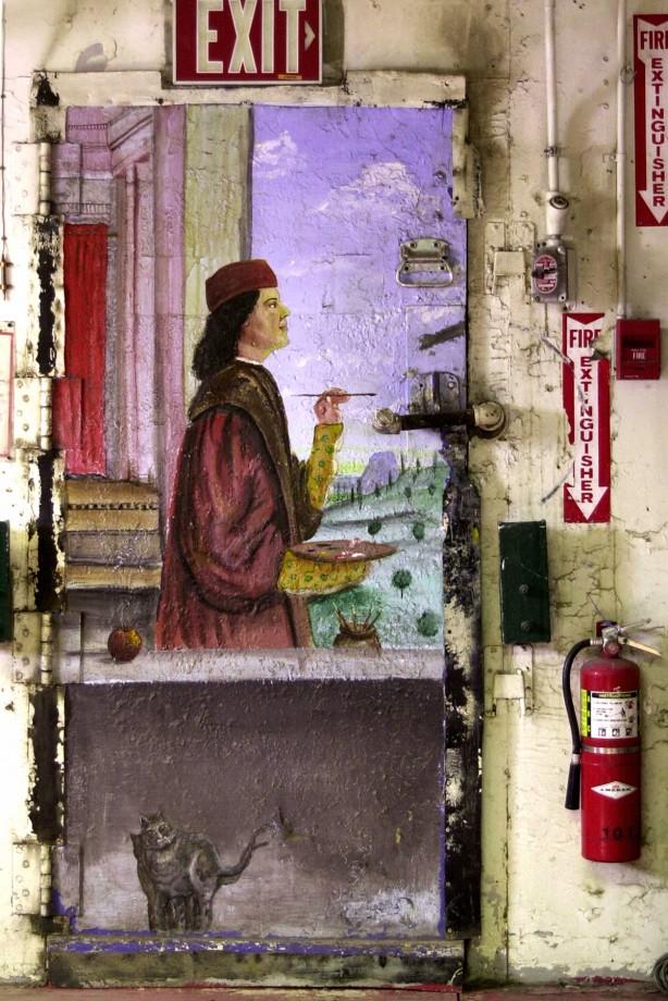 Un artiste inconnu a réalisé cette peinture derrière une porte d'un bâtiment de service - Melanie Conner