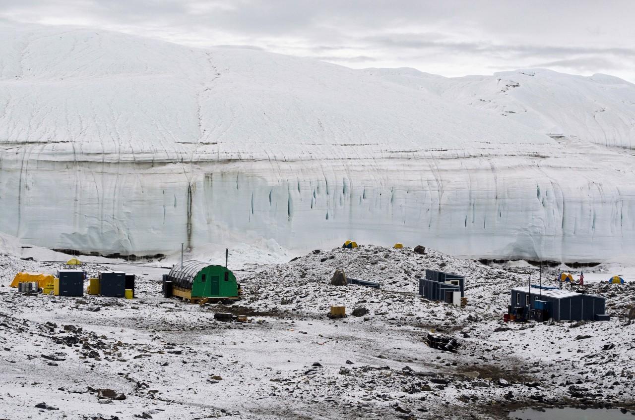 Un camp proche d'un glacier à Lake Hoare
