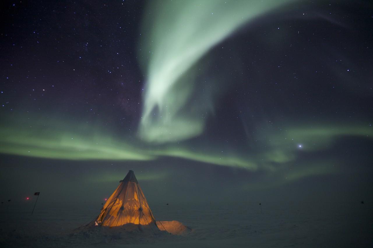 Une aurore australe au dessus d'une tente sur la station de Amundsen-Scott - Patrick Cullis
