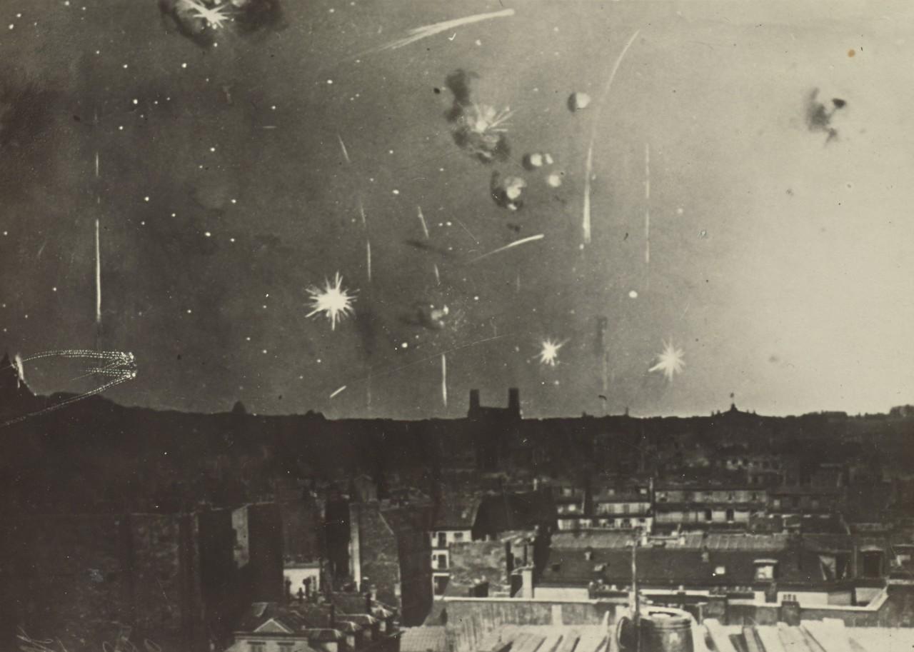 """Des """"bombes"""" qui explosent au dessus d'une ville"""