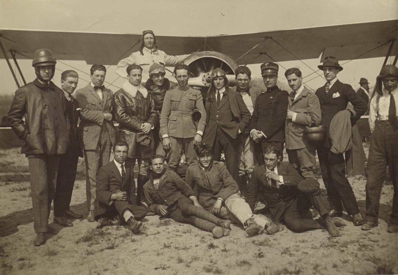 Un groupe devant un avion Caproni Ca.3