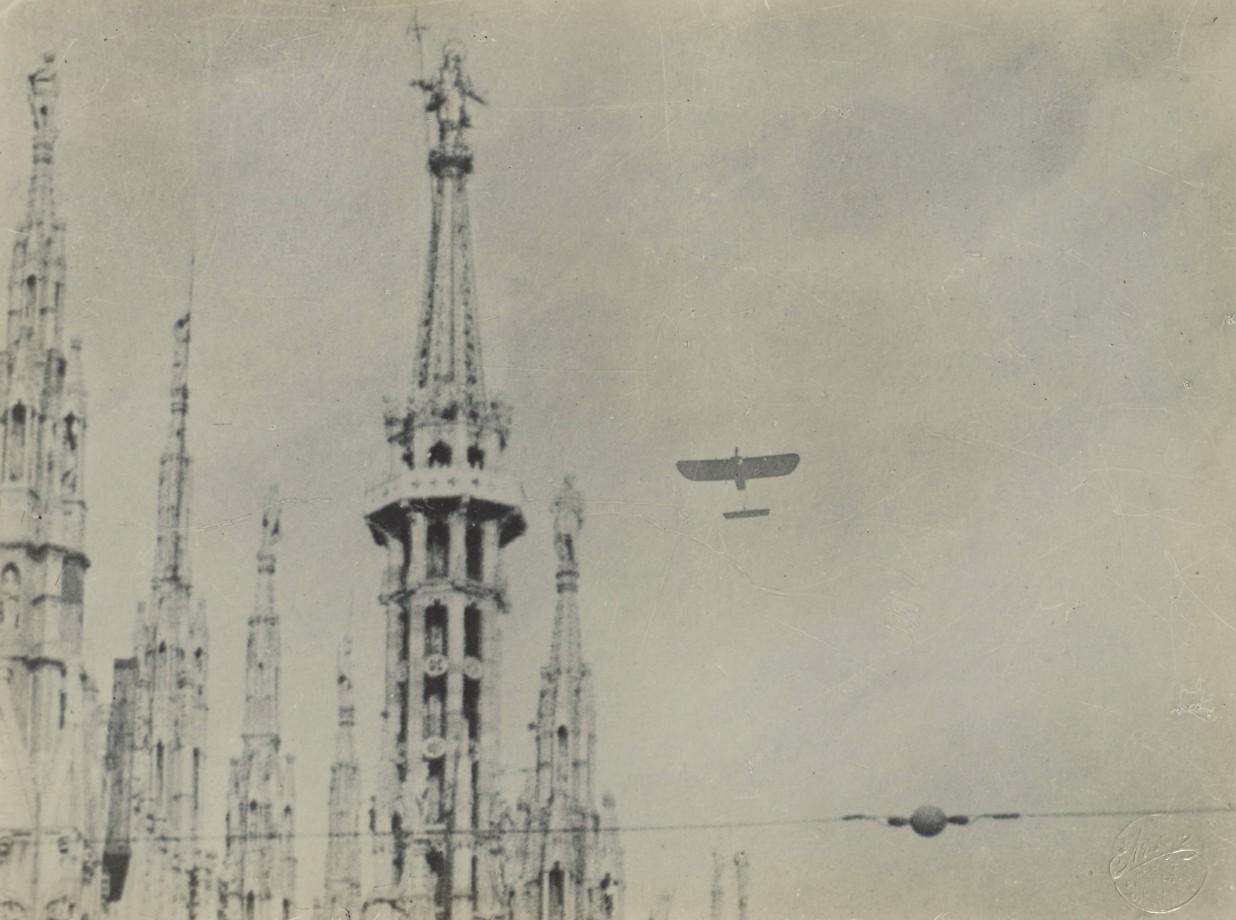 Un avion et la cathédrale de la Nativité-de-la-Sainte-Vierge de Milan