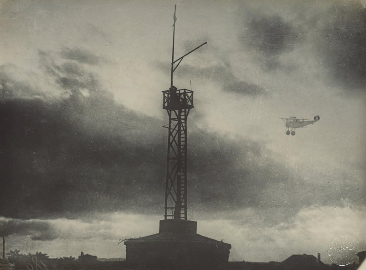 Un avion et une tour de communication