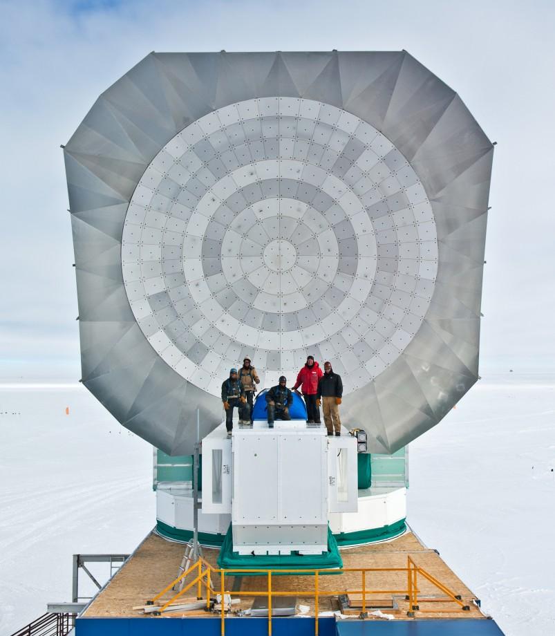 Le télescope du pole sud avec l'équipe qui l'a assemblé - John Mallon