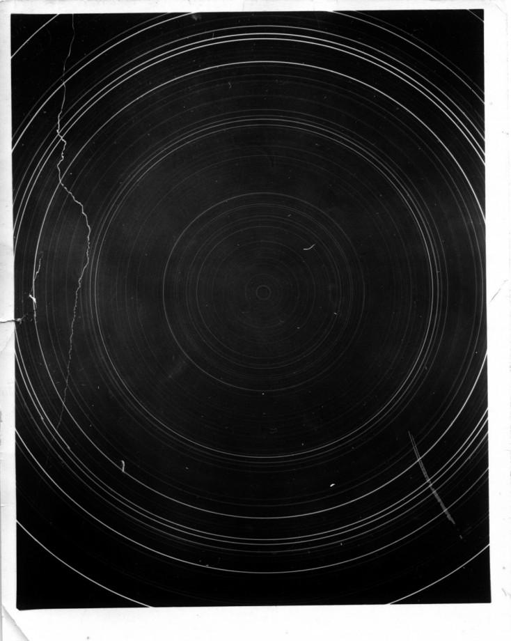 Cette rotation parfaitement circulaire dessiné par les étoiles en pose longue n'est visible qu'aux pôles, la ligne verticale à gauche a été créée par l'élévation d'un ballon météo - Paul Siple, 1957