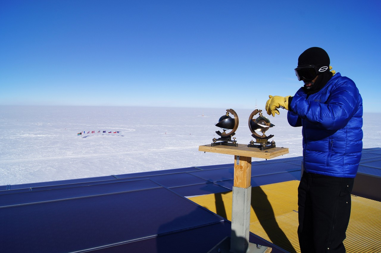 Philip Marzette fait une démonstration d'un héliographe de Campbell-Stokes. Cet appareil mesure l'ensoleillement en brûlant une feuille de papier grâce à une lentille qui concentre les rayons du soleil.
