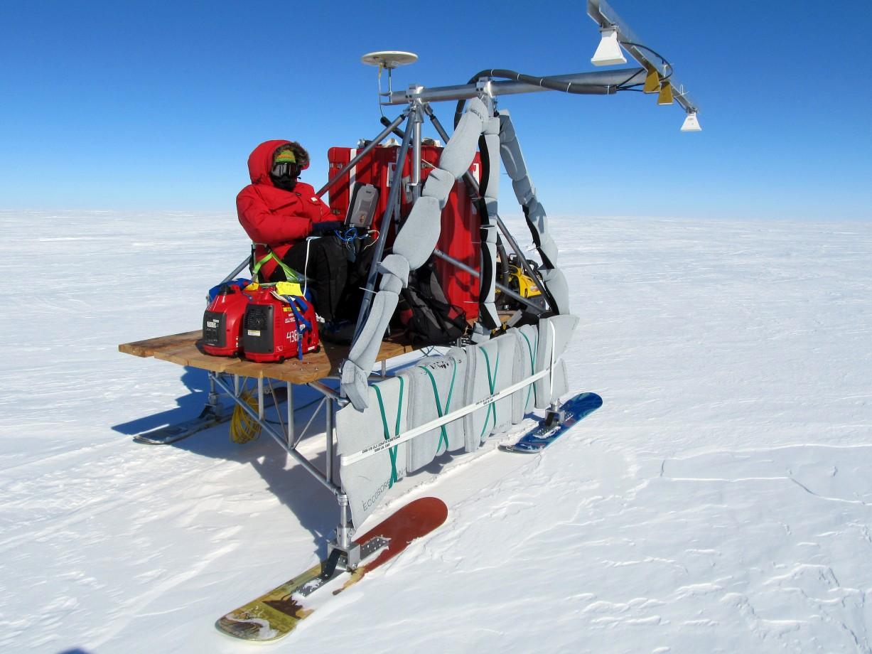 Clement Miege surveille deux radars qui collectent des données sur l'épaisseur de la calotte glaciaire - Lara Koenig