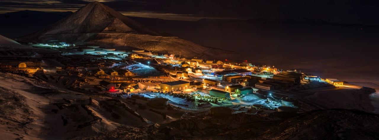Les lumières de McMurdo éclairent la nuit hivernale - Joshua Swanson