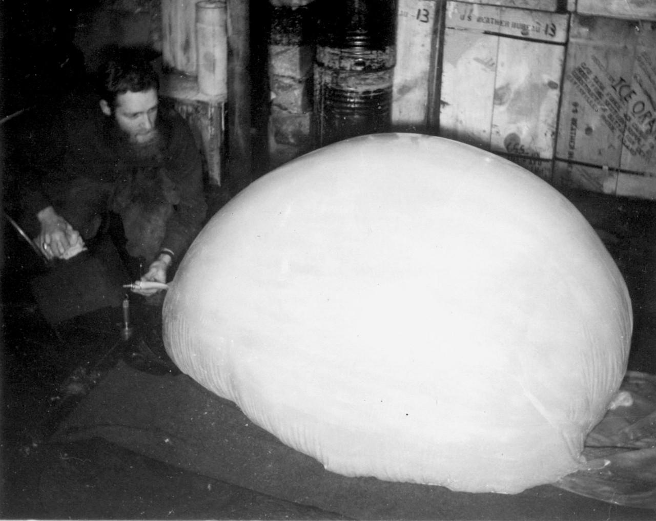 Le météorologue Herbert Hansen gonfle un ballon d'observation en 1958