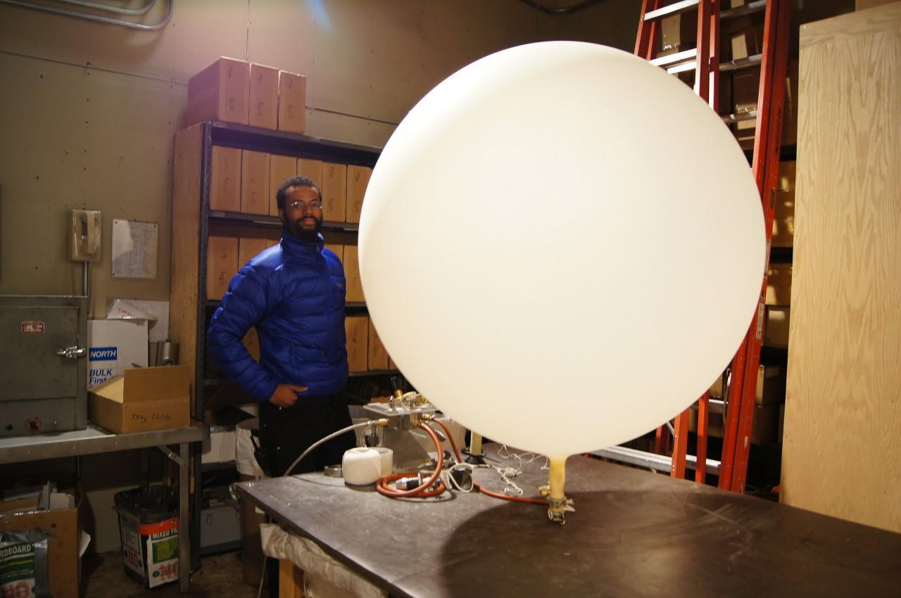 Le météorologue Phillip Marzette gonfle un ballon météo pour un des deux lâchers journaliers -