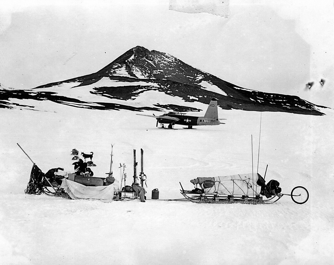 Différents mode de transport en Antarctique en 1955 au début de la construction de la station de McMurdo