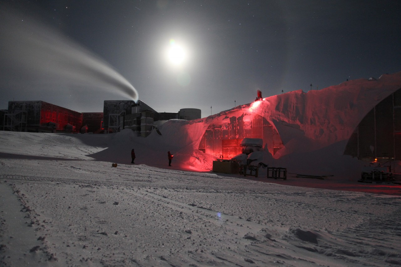 L'excédent de neige est enlevé du toit des bâtiments régulièrement durant l'hiver, les bâtiments sont éclairés avec une lumière rouge pour minimiser la polution lumineuse qui affecte les télescopes - Sven Lidstrom