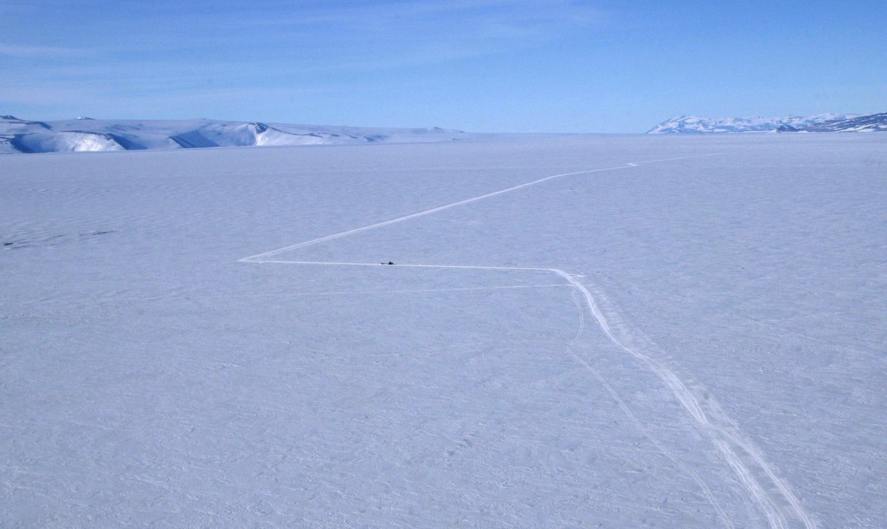 Une route sur l'étendue glacée de l'Antarctique